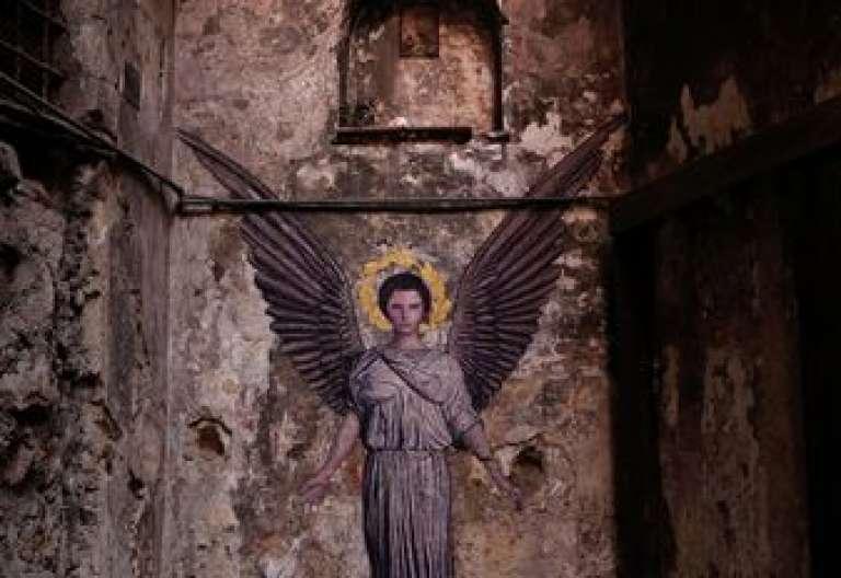 Ángel pintura del artista callejero Zilda en Nápoles
