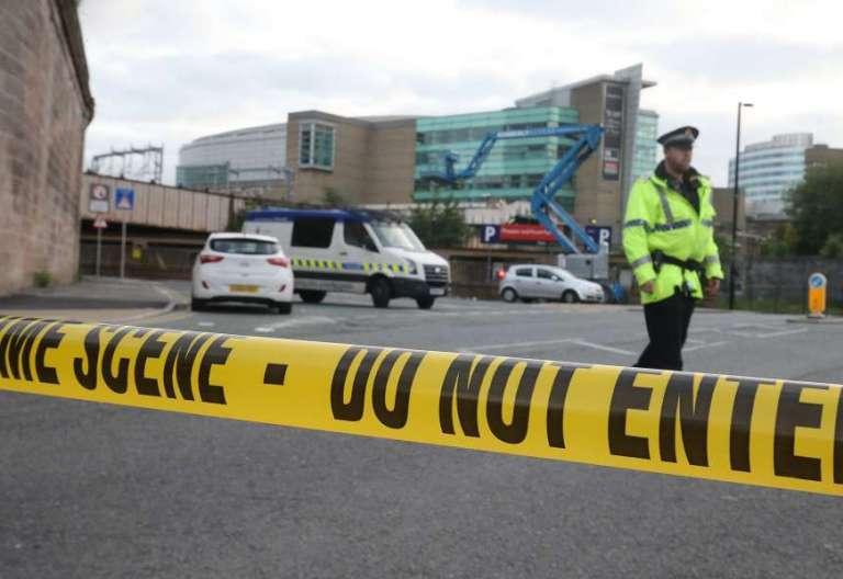 La Policía prohíbe la entrada al Manchester Arena, tras el atentado del 22 de mayo de 2017 tras el concierto de Ariadna Grande