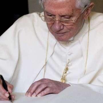 Benedicto XVI firma en el libro de honor de la catedral de Santa María, en Erfurt (Alemania), el 23 de septiembre de 2011/CNS