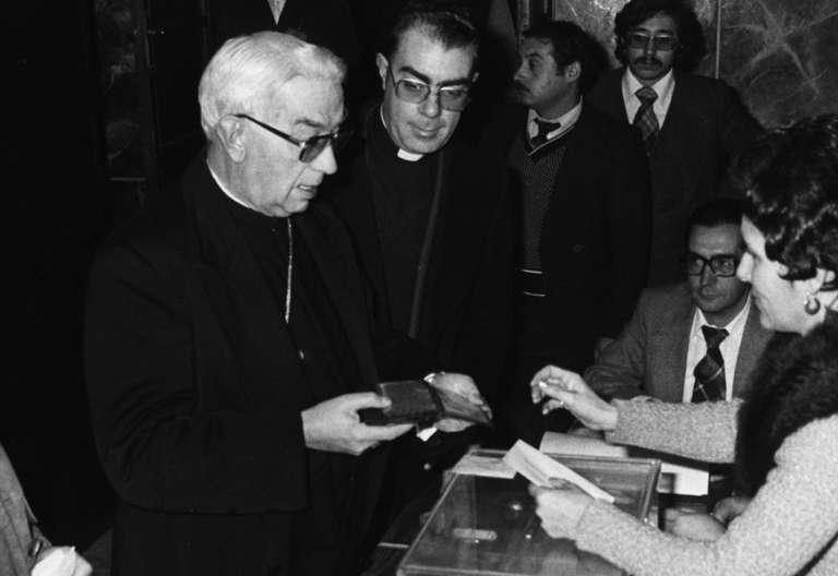 cardenal Vicente Enrique y Tarancón votando urnas elecciones