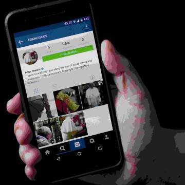 Un móvil. con la cuenta de Instagram del Papa Francisco