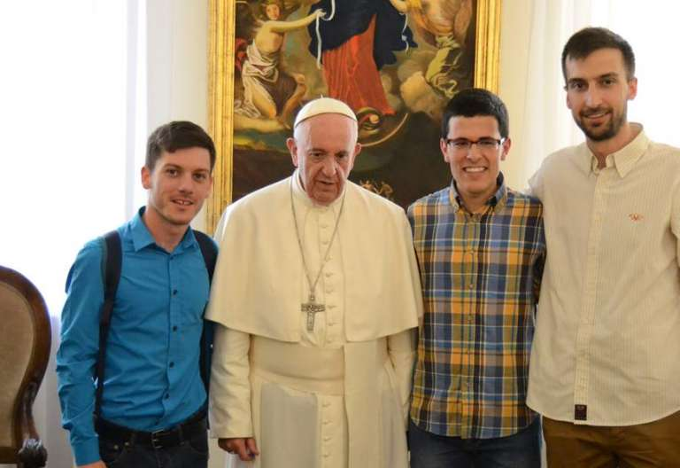 papa Francisco recibe a tres novicios salesianos en Roma Vaticano abril 2017