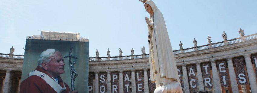 imagen de la virgen de Fátima junto a una fotografía de Juan Pablo II Plaza de San Pedro Vaticano 2011