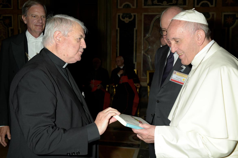 papa Francisco con el sacerdote español Luis de Lezama le entrega su libro La escuela del futuro PPC 20 mayo 2017