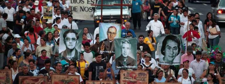 manifestación en San Salvador en el 37 aniversario de la muerte del beato monseñor Óscar Romero 2017