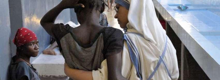 Una misionera de la Caridad atiende a una enferma de Sida en Haití/CNS