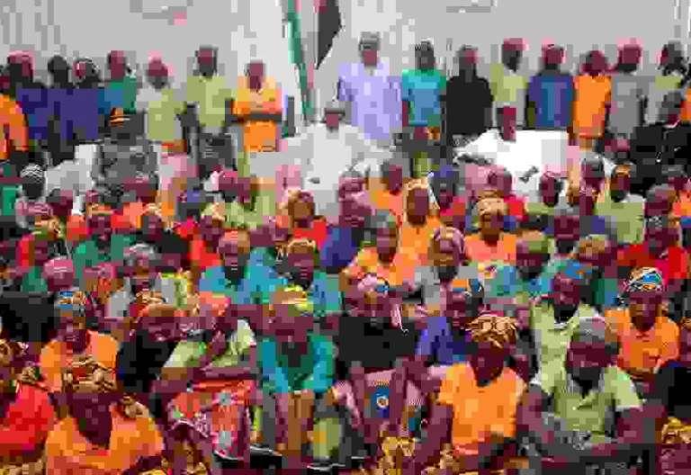 grupo de 82 chicas menores en Chibok liberadas secuestradas por Boko Haram grupo terrorista en 2014, con el presidente de Nigeria Muhammadu Buhari