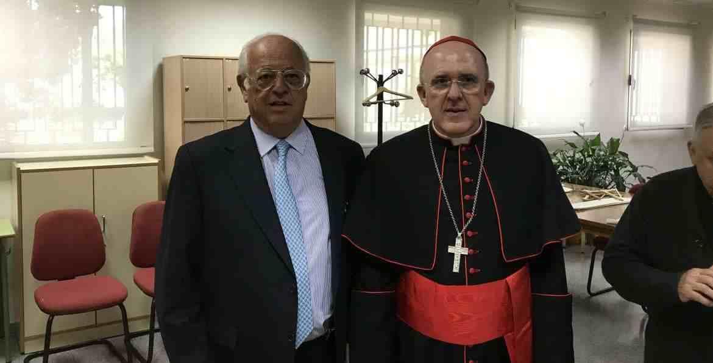 El cardenal arzobispo de Madrid, Carlos Osoro, con el presidente del patronato de FEC, Juan de Isasa, en la celebración del 25º aniversario de la Fundación Educación Católica