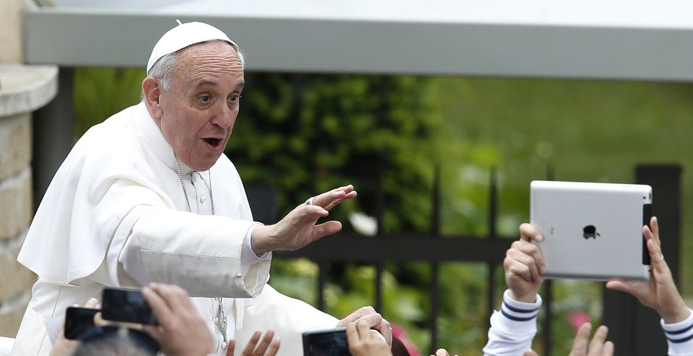 papa Francisco desde el papamovil saluda y ríe a la multitud