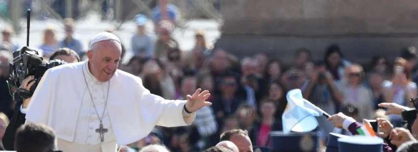 papa Francisco en papamóvil en la Plaza de San Pedro audiencia general 3 mayo 2017