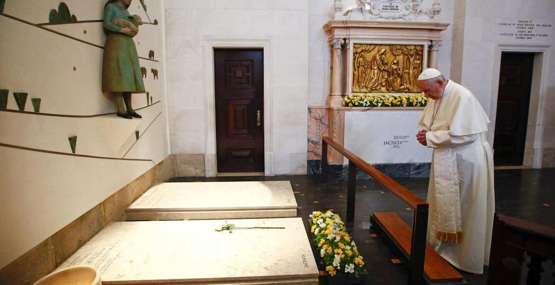 papa Francisco en Fátima Portugal misa en el Santuario viaje 12 13 mayo 2017 rezando ante la tumba de francisco y jacinta martos pastorcillos videntes canonizados