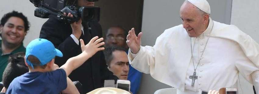papa Francisco saluda a un niño en papamóvil Plaza de San Pedro audiencia general miércoles 10 mayo 2017