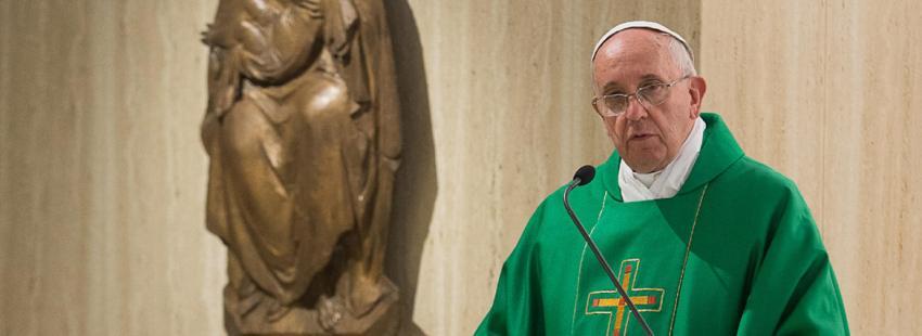 papa Francisco en el altar homilía misa residencia de Santa Marta