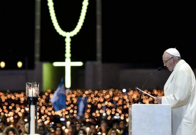 El Papa Francisco durante el rezo del rosario en Fátima (Portugal), el 12 de mayo de 2017