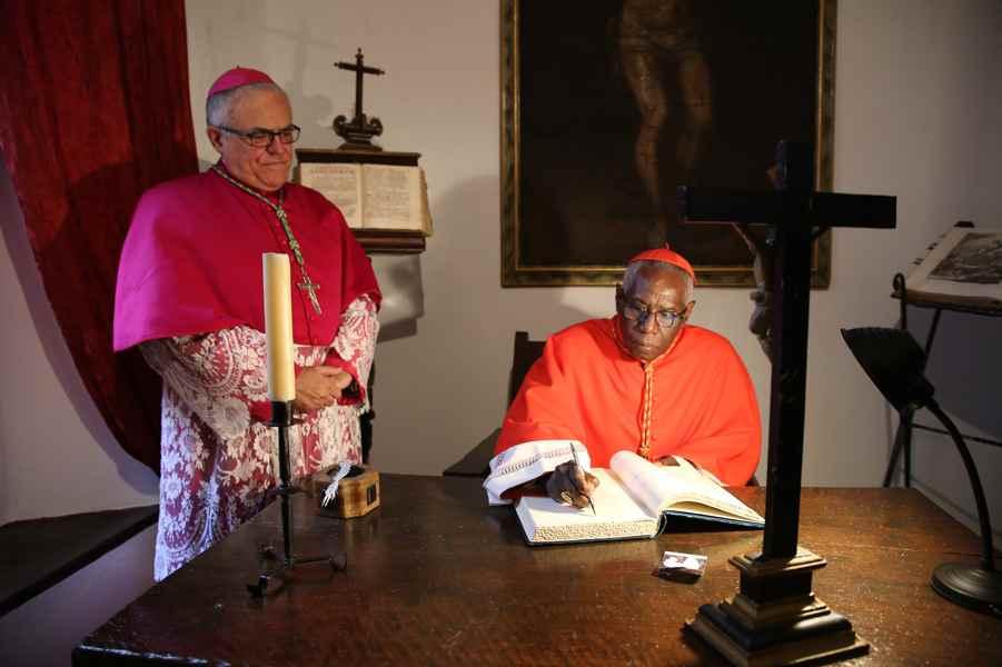 El cardenal Robert Sarah, acompañado del obispo de Córdoba Demetrio Fernández, en su viaje a Córdoba el 10 de mayo de 2017 con motivo de la festividad de San Juan de Ávila donde impartió una conferencia