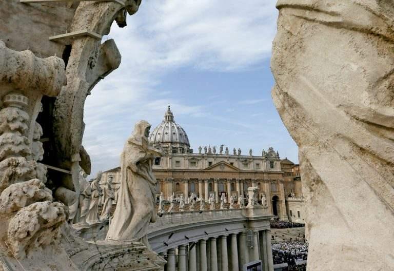 vistas de la Plaza de San Pedro y de la Basílica vaticana desde el brazo de Carlomagno