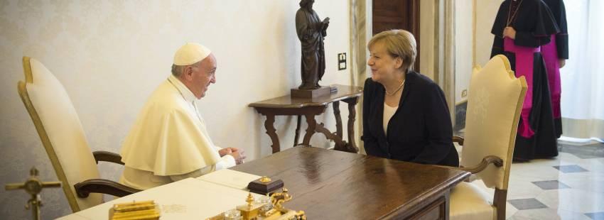 El papa Francisco y Angela Merkel, presidenta de Alemania, en su encuentro en el Vaticano 17 de junio 2017
