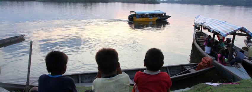 Unos niños indígenas observan el río Amazonas desde Perú archivo