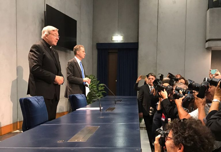 cardenal George Pell en rueda de prensa en el Vaticano