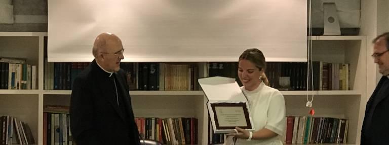 Carlos Osoro entrega a Ángeles Conde el premio Juan Pablo II de Crónica Blanca