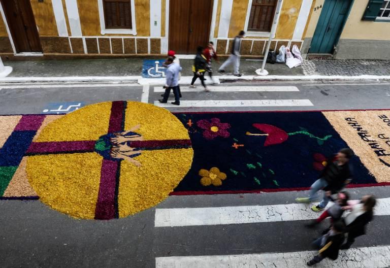 alfombra gigante de flores en la fiesta Corpus Christi 2017 Brasil