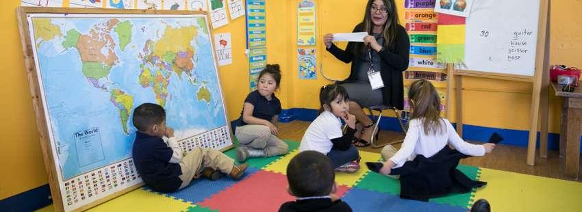 escuela en México profesora con alumnos niños pequeños