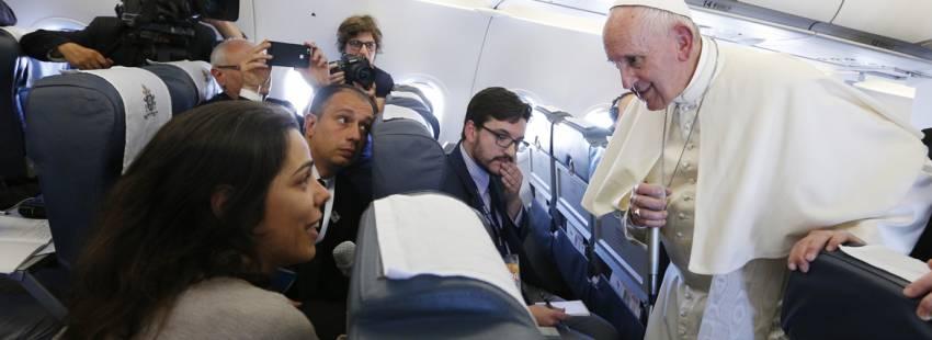 papa Francisco con periodistas en el avion