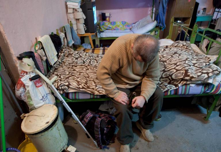 hombre solo en su casa pobreza