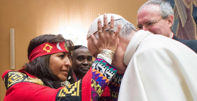 Una mujer indígena bendice al Papa Francisco/CNS