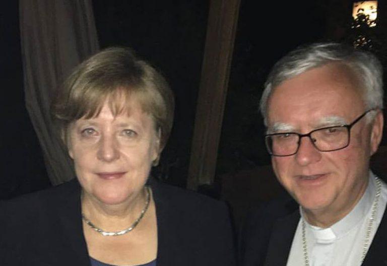 La canciller alemana Angela Merkel, junto al arzobispo de Berlín, Heiner Koch