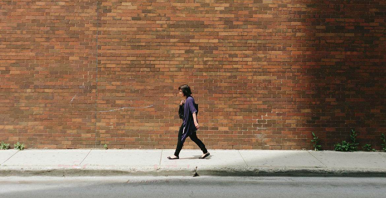 mujer soltera camina sola por la calle