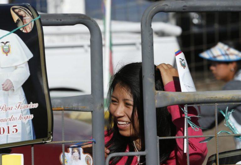 Una niña espera a la comitiva de Francisco durante su viaje a Quito en julio de 2015/CNS