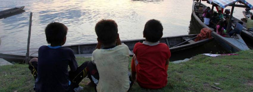 Niños de la tribu Kumala en el río Maranon de Perú/CNS