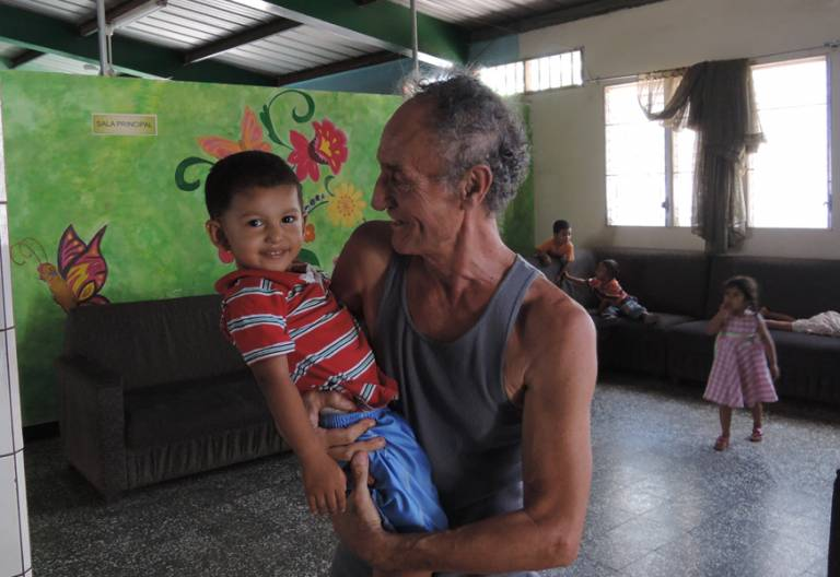 religioso con un niño en Honduras en un orfanato