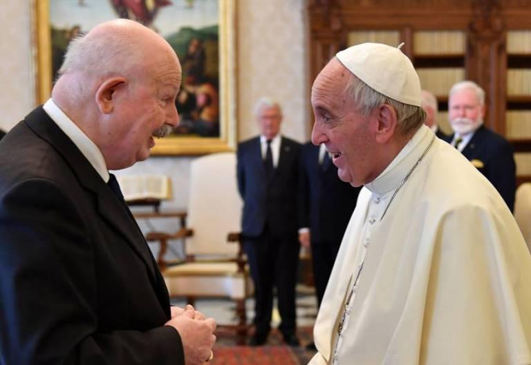 Fra' Giacomo Dalla Torre, de la Orden de Malta, con el Papa Francisco/CNS