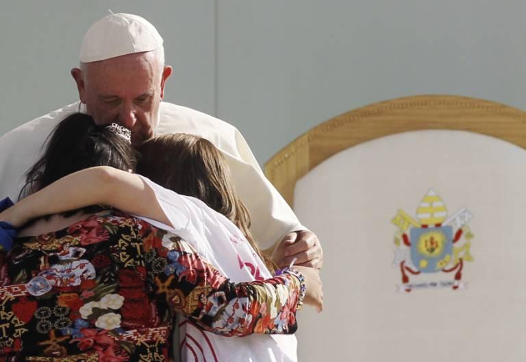 papa Francisco da un abrazo a dos mujeres