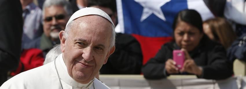 papa Francisco en audiencia general Vaticano detrás una bandera de Chile