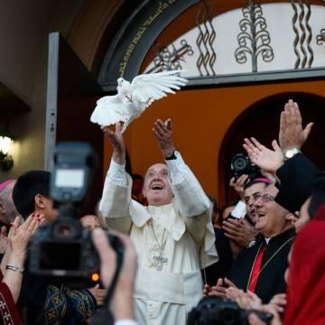 papa Francisco suelta una paloma por la paz al salir de una misa en Georgia octubre 2016