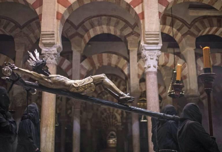 Procesión en el interior de la catedral-mezquita de Córdoba/EFE