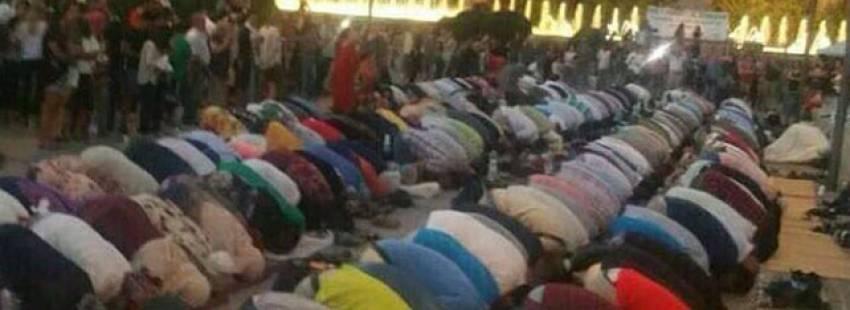 Grupo de musulmanes celebrando el Ramadán en los jardines del triunfo en Granada/Twitter