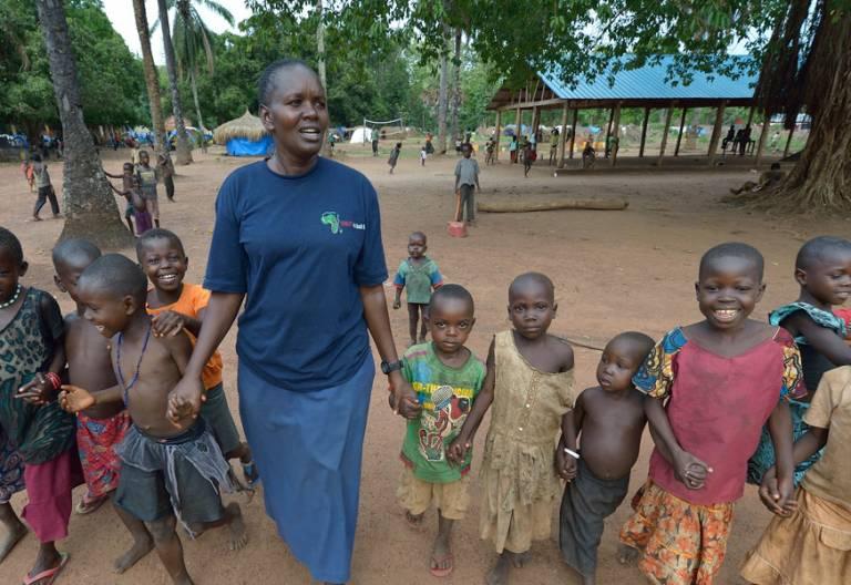 Sudán del Sur religiosa con varios niños