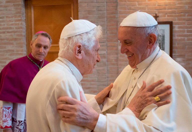 Benedicto XVI y Francisco se saludan ante la mirada de George Gänswein papas