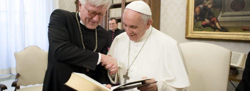 Francisco con un obispo luterano
