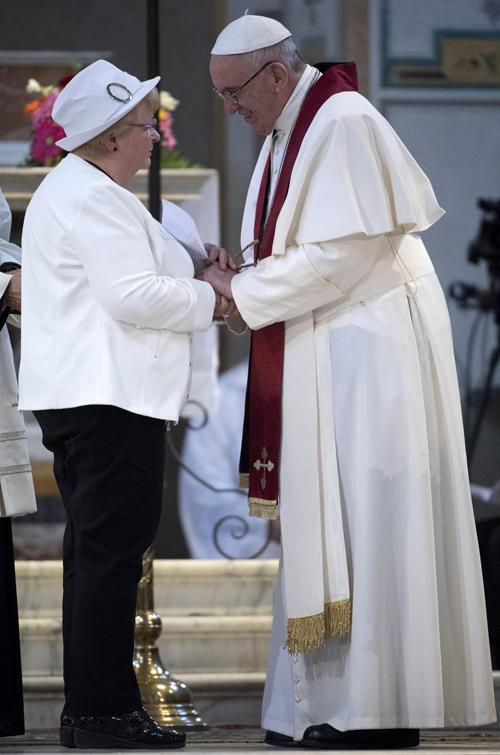 Rosaline Hamel hermana Jacques Hamel asesinado por el Estado Islámico con el papa Francisco durante oración por los mártires contemporáneos 22 abril 2017