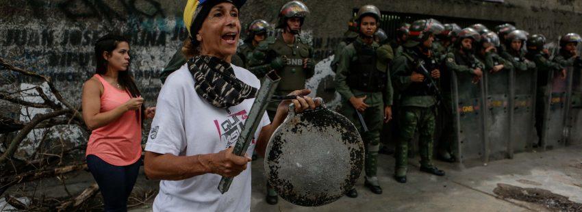 Manifestantes protestan ante la policía en Caracas
