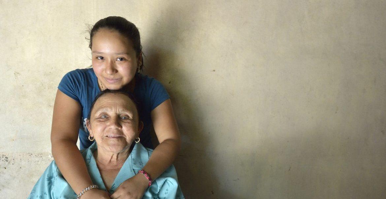 Imagen de archivo de una abuela y una nieta de Honduras/CNS