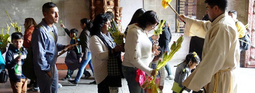 comunidad de católicos en Bolivia recibiendo bendición ramos