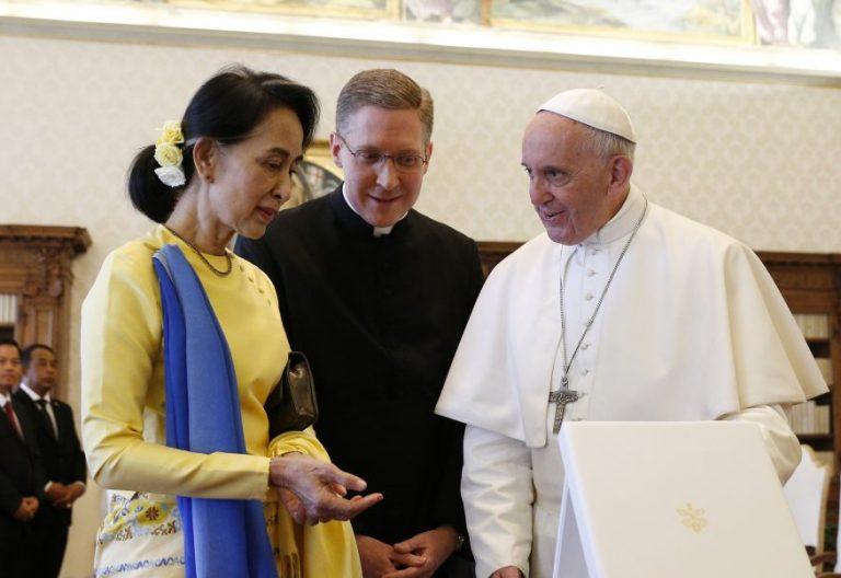 El Papa Francisco, con la premio Nobel de la Paz de Birmania (Myanmar), Aung San Suu Kyi/CNS