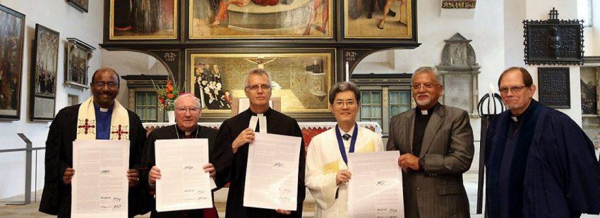 Representantes de las diferentes confesiones cristianas, en la firma de adhesión de los calvinistas a la Doctrina de la Justificación el 5 de julio de 2017
