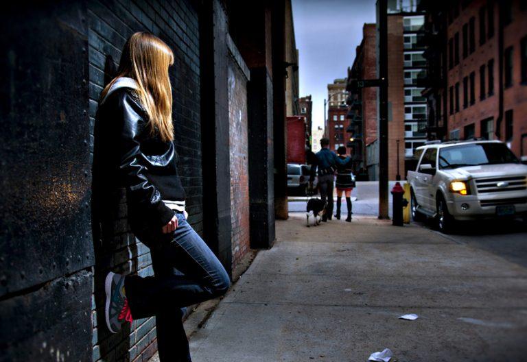 chica joven observa pareja prostituta trata de personas tráfico humano
